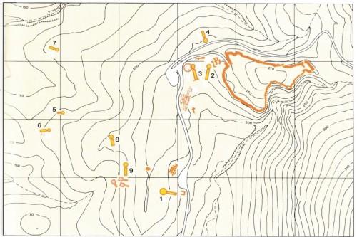 Κάτοψη της περιοχής των Μυκηνών με τους θολωτούς τάφους: 1. Θησαυρός του Ατρέα 2. Τάφος της Κλυταιμνήστρας 3. Τάφος του Αίγισθου 4. Τάφος των Λεόντων 5. Τάφος των Δαιμόνων 6. Τάφος των Κυκλώπων  7. Τάφος κάτω Φούρνος 8. Τάφος πάνω Φούρνος  9. Τάφος της Παναγίτσας
