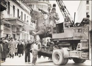 Αθήνα, μεταφορά του αγάλματος του Κολοκοτρώνη.
