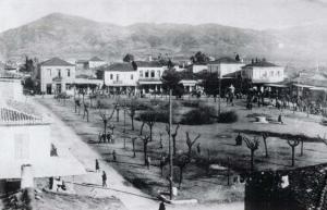Η κεντρική πλατεία Μεγαλόπολης το 1928. Αρχείο: 3ο Δημοτικό Σχολείο Μεγαλόπολης.