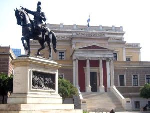 Έφιππος Κολοκοτρώνης μπροστά από το κτίριο της παλιάς Βουλής.