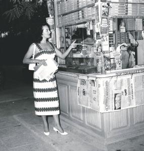 Η γαλλοτουρκικής καταγωγής ηθοποιός Υβόν Σανσόν, πρωταγωνίστρια με τον Δημήτρη Χορν στην ταινία του Γιώργου Τζαβέλλα «Μια ζωή την έχουμε», ψωνίζει σε περίπτερο της εποχής του 1958.