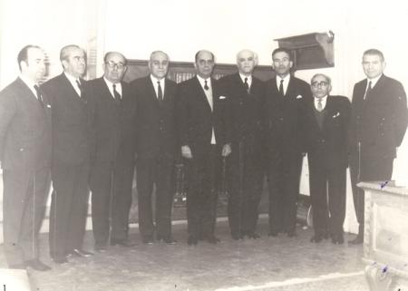 Φωτογραφία κατά την εποχή της επιθεωρήσεως, Νοέμβριος 1972. Από αριστερά: 1) Ευάγ. Καραμαγκιώλης, Εφέτης, 2) Γεώργιος Δημητριάδης, Αντεισαγγελέας εφετών, 3) Σπυρ. Δρομάζος, Εφέτης, 4) Ανδρέας Καβέτσος, Εφέτης, 5) Γεώργ. Καραμάνος, Επιθεωρητής, μετέπειτα Πρόεδρος Αρείου Πάγου, 6) Ιωάν. Χριστόπουλος, Πρόεδρος Εφετών, 7) Γεώργιος Καραπιπέρης, Αντεισαγγελέας Εφετών, 8) Ξάνθιππος Ξανθόπουλος, Εφέτης, μετέπειτα Αντιπρόεδρος Αρείου Πάγου και 9) Σπύρος Καλλιαρέκος, Εφέτης. Επιμέλεια Χρ. Καραμάνου, Δικαστικού υπαλλήλου Εφετείου Ναυπλίου 1966-1991.