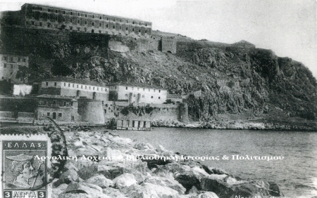 Ναύπλιο. Από το αρχείο της «Απόπειρας». Διακρίνονται σε πρώτο πλάνο τα στρατιωτικά κτίρια στα  πέντε Αδέλφια και στην κορυφή της Ακροναυπλίας το μεγάλο κτίριο των φυλακών.