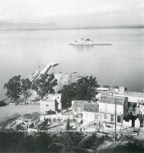 Σπίτια στον Ψαρομαχαλά. Φωτογραφία του Χαρ. Μπούρα (1974). Αρχείο: Μουσείο Μπενάκη.