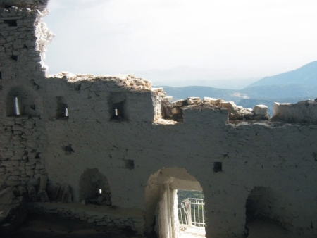 Το πέτρινο τείχος κλείνει την σπηλιά στις δύο πλευρές. Σε όλη την εσωτερική του επιφάνεια διακρίνονται μια σειρά από πολεμίστρες.