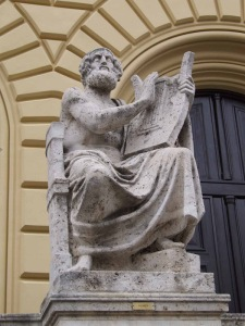Άγαλμα του Ομήρου έξω από την Κρατική Βιβλιοθήκη του Μονάχου. Στη λεωφόρο Λούντβιχ, αγάλματα του Ιπποκράτη, του Αριστοτέλη, του Ομήρου και του Θουκυδίδη κοσμούν την Κρατική Βιβλιοθήκη του Μονάχου.