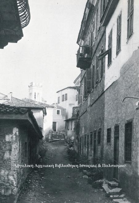 Δημόσιο κτίριο της δεύτερης Βενετοκρατίας, στο βάθος η Αγία Σοφία.  Δημοσιεύεται στο: Σέμνη Καρούζου, «Το Ναύπλιο», έκδοση Εμπορικής Τραπέζης της Ελλάδος, Αθήνα 1979.
