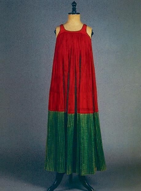 «Μόρκος», πολύπτυχο, μακρύ, αμάνικο φόρεμα  Σκόπελος, Σποράδες. Αρχές 20ού αιώνα