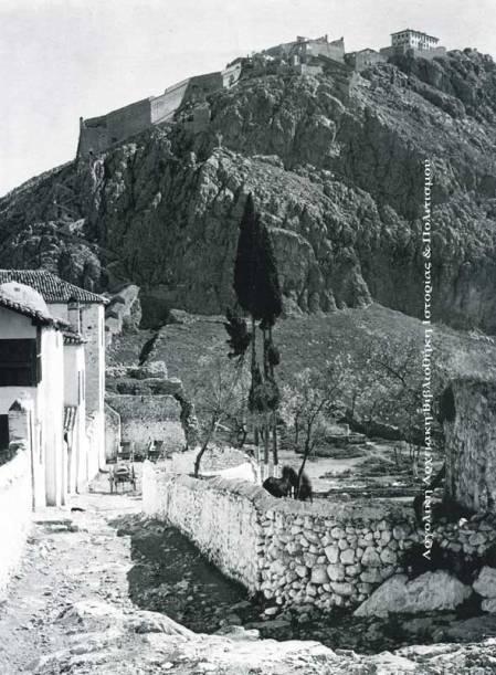 Το Παλαμήδι και αριστερά κάτω, τμήμα του Εθνικού Στρατιωτικού Νοσοκομείου (1828) στην Ακροναυπλία.  Δημοσιεύεται στο λεύκωμα της Σέμνης Καρούζου «Το Ναύπλιο», έκδοση Εμπορικής Τράπεζας, 1979.