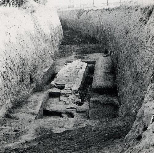 Τμήμα των μακρών τειχών του Άργους (;), κατά τη διάνοιξη επίγειας αρδευτικής σήραγγας. Φωτογραφία του «ευρήματος του Αναβάλου», όταν είχε προχωρήσει η αρχική φάση των ανασκαφών. Ευγενική παραχώρηση της Δ' Εφορείας.