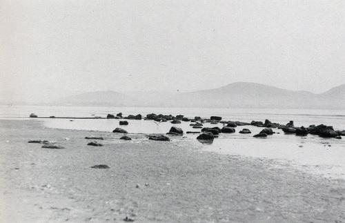 Τα υπολείμματα υποβάθρων στην παραλία «Κιόσκι», κοντά στο εργοστάσιο «Πελαργός» (Μάρτιος 1992).