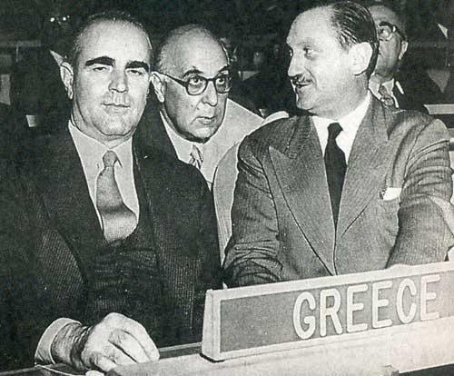 Ηνωμένα Έθνη, 12 Νοεμβρίου 1956. Έναρξη της συζήτησης για το Κυπριακό. Από αριστερά, Καραμανλής, Σεφέρης, Αβέρωφ. Δημοσιεύεται στην εφημερίδα Καθημερινή. Σάββατο 24 - Κυριακή 25 Μαΐου 2014.