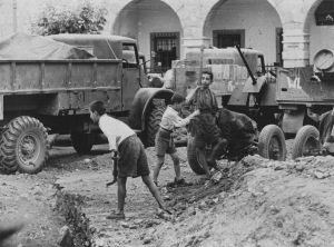 Ναύπλιο. Πλατεία Συντάγματος 23 Μαρτίου 1941. Και τα παιδιά στη μάχη προστατευτικών έργων.
