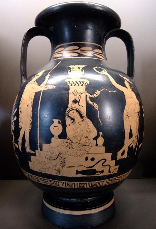 Παράσταση από λευκανική ερυθρόμορφη πελίκη του 4ου αιώνα π.Χ.  όπου απεικονίζονται  Ο Ορέστης, ο Ερμής και η Ηλέκτρα καθισμένη στο μνήμα του Αγαμέμνονα. Μουσείο του Λούβρου, Παρίσι.
