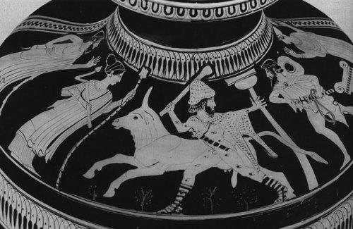 Ο Ίναχος παρακολουθεί την απελευθέρωση της Ιούς. Ερυθρόμορφη υδρία. Γύρω στο 460 π.χ.  Museum of Fine Arts, Boston.