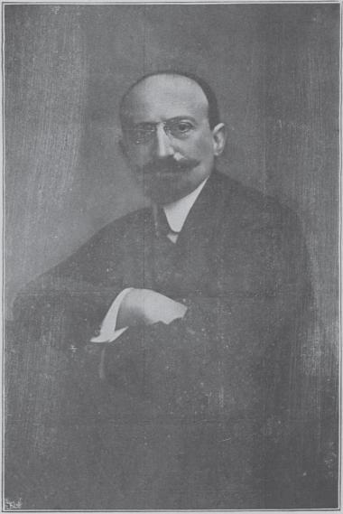Δημήτριος Μάξιμος (1873-1955). Τραπεζικός, βουλευτής, αριστίνδην γερουσιαστής, υπουργός και εξωκοινοβουλευτικός Πρωθυπουργός σε κυβέρνηση εθνικής ενότητας το 1947 (Επτακέφαλος Κυβέρνησις). Το 1952 έδωσε το Μέγαρο Μαξίμου στη μισή τιμή από αυτή που είχε εκτιμηθεί από επιτροπή στο Ελληνικό Κράτος, κάνοντας δώρο τα έπιπλα τους πίνακες και ότι άλλο υπήρχε μέσα, με τον όρο να χρησιμοποιηθεί σαν Κυβερνητικό Μέγαρο. Από το 1982 το «Μέγαρο Μαξίμου» χρησιμοποιείται ως επίσημη κατοικία και γραφείο του εκάστοτε πρωθυπουργού.