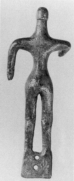 Εικ. 21: Χάλκινο ΜΓ ειδώλιο ιππηλάτου, επιθέτου σε χάλκινο τριποδικό λέβητα. Από το Ηραίο. (κατά: Bol 2002 εικ. 33b).