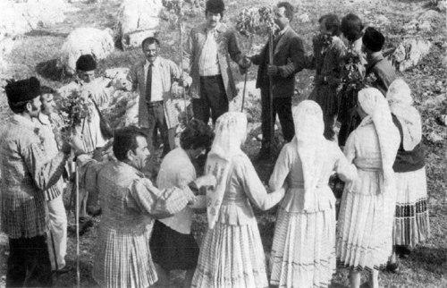 Εικ. 26: Κύκλιος χορός, στην Νεστάνη (κατά: Krystalli-Votsi 1980 εικ. 5).