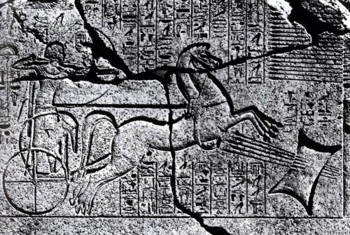 Εικ. 5: Παράσταση του Αμένοφι Β΄, από τον ναό του Karnak στην Αίγυπτο. Εικονίζεται ο Αιγύπτιος Φαραώ να βάλλει με τόξο εναντίον ταλάντου Μυκηναϊκού τύπου ΙΙ. Χρονολόγηση: 1427-1401 π. Χ.  (κατά: Pulak - Slotta - Yalcin 2005, 135 εικ. 3).
