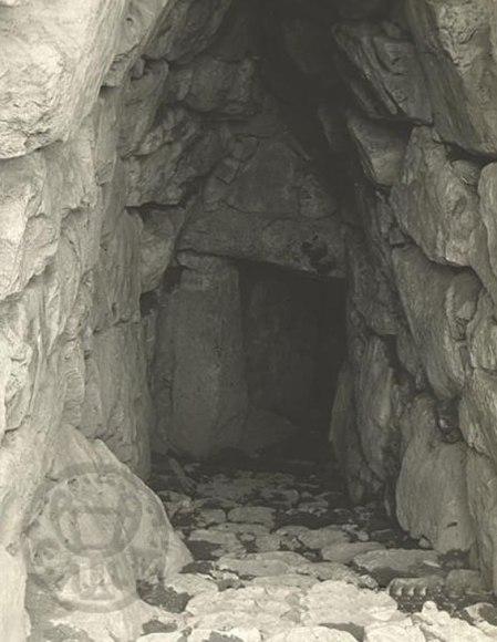 Αρχαιολογικός χώρος Μυκηνών: σκαλοπάτια που οδηγούν στην Περσεία πηγή, 1960, Φωτογραφία, Draper, Gordon & Maria, Ελληνικό Λογοτεχνικό & Ιστορικό Αρχείο.