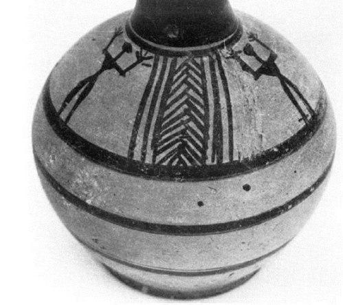 Εικ. 20: Οινοχόη με τριφυλλόσχημο στόμιο, από τον κιβωτιόσχημο τάφο αρ. 3. Πάροδος Ηρακλέους (Ιδιοκτησία Δημ. Τότσικα). (Κατά: Paléologou 1980, 76 εικ. 1).