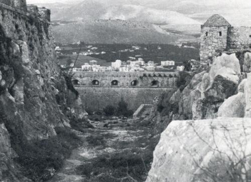 Η μεγάλη Τάφρος (fosso), που χωρίζει τον προμαχώνα του Θεμιστοκλή (S. Agostino) δεξιά, από τον προμαχώνα του Φωκίωνος (Mezzo bastione) αριστερά. Στο βάθος ο προμαχώνας του Μιλτιάδη (Baloardo staccato ή Beziran tabya).