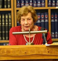 Η Κλειώ Πρεσβέλου στο βήμα της Δημόσιας Κεντρικής Βιβλιοθήκης Ναυπλίου «Ο Παλαμήδης», 19 Απριλίου 2015.