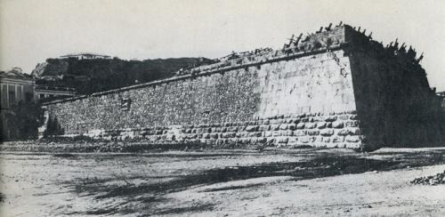 Ο προμαχώνας του Dolfin. Ήταν στο τρίγωνο μεταξύ του αγάλματος του Καποδίστρια, του προαυλίου του Νέου Γυμνασίου και της Πλατείας των Τριών Ναυάρχων. Κατεδαφίστηκε μεταξύ των ετών 1920-30, για να «πάρει αέρα η πολιτεία». (Από το λεύκωμα της κ. Σ. Καρούζου, Το Ναύπλιο).