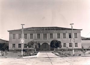 Το «Διοικητήριο» των Αγροτικών Φυλακών Τίρυνθας, φωτογραφία εποχής,  από το φωτογραφικό αρχείο του Προοδευτικού Συλλόγου Ναυπλίου «Ο Παλαμήδης».