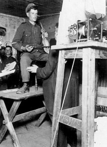Φωτογραφία από τις ηχογραφήσεις στο στρατόπεδο Γκαίρλιτς. Ο 23χρονος λυράρης και βιολάτορας Μιχάλης Πολυχρονάκης πραγματοποιεί μία από τις παλιότερες ηχογραφήσεις κρητικής μουσικής παγκοσμίως.