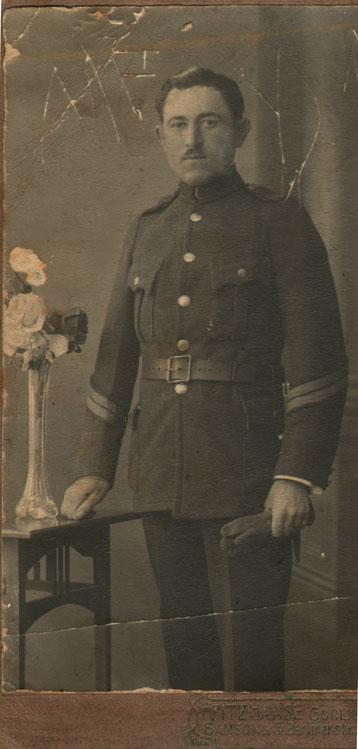 Ο Μιλτιάδης Χατζής, του Αποστόλου και της Αικατερίνης, ο οποίος γεννήθηκε στους Σοφάδες Καρδίτσας το 1893 (αριθμός μητρώου αρρένων Νο. 24)υπηρέτησε ως υπολοχαγός και στη συνέχεια ως λοχαγός, σε διάφορα μέτωπα της Ελλάδος, ξεκινώντας από τα Τρίκαλα, τον Μάιο του 1913, με κατεύθυνση τη Μακεδονία. Το 1916, οδηγήθηκε ως αιχμάλωτος στο Γκαίρλιτς της Γερμανίας, πιθανότατα ως στρατιώτης του Δ΄ Σώματος Στρατού Καβάλας, το οποίο παραδόθηκε αύτανδρο στους Γερμανούς. Η Κα Κατσαρού – Νασιάκου προσκόμισε φωτογραφίες από το πατρικό της σπίτι, τις οποίες είχε στείλει ο Μιλτιάδης Χατζής (αδελφός της μητέρας της) στους γονείς του, κατά τη διάρκεια της αιχμαλωσίας του στο Γκαίρλιτς. Οι φωτογραφίες αυτές απεικονίζουν σκηνές εργασίας και διασκέδασης από την καθημερινή ζωή των στρατιωτών, όπως τις εργασίες των αξιωματικών στην τοπική εφημερίδα και βαρκάδα στον ποταμό Νάισε. Αλλού, παρουσιάζονται να παίζουν όργανα μουσικής (κιθάρα, ακορντεόν και βιολί). Σύμφωνα με τη μαρτυρία της κυρίας Κατσαρού – Νασιάκου, στο Γκαίρλιτς έγιναν ηχογραφήσεις μουσικών οργάνων και, για πρώτη φορά παγκοσμίως, έλαβε χώρα η ηχογράφηση ενός μπουζουκιού, τον Ιούλιο του 1917. Μετά το Γκαίρλιτς, ο Μιλτιάδης Χατζής επέστρεψε στην Ελλάδα, πιθανότατα στα Χανιά, ωστόσο, δεν υπάρχουν περισσότερες πληροφορίες για την τύχη του.