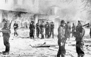 Ιούνιος 1944. Η καταστροφή του Διστόμου από τους Γερμανούς κατακτητές, σε αντίποινα για την ανάπτυξη της Αντίστασης. Οι αποζημιώσεις που κατεβλήθησαν στα θύματα της Κατοχής ανήλθαν σε 115 εκατ. μάρκα.
