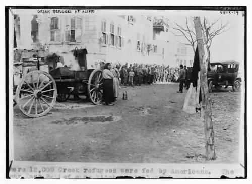 Έλληνες πρόσφυγες στη Συρία κατά την ανταλλαγή των πληθυσμών το 1923, μετά τη Συνθήκη της Λωζάνης (Βιβλιοθήκη του Κογκρέσου). Στη λεζάντα της φωτογραφίας, που προφανώς εικονίζει μια σκηνή συσσιτίου, αναγράφεται ότι οι Αμερικανοί σίτισαν 12.000 Έλληνες.