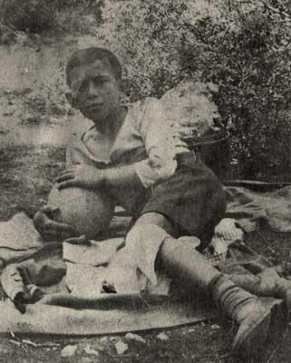 Ο Μωυσής Γιουσουρούμ σε ηλικία περίπου 10 ετών, το έτος 1930. Φωτογραφικό Αρχείο ΕΜΕ.