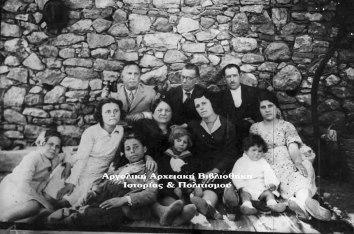 Οικογενειακή φωτογραφία. Αριστερά διακρίνεται ο Ιωάννης Λαλουκιώτης και μπροστά του (λίγο αριστερά) η θετή του κόρη Έλλη.