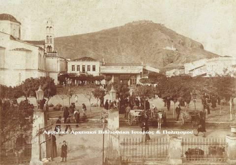 Άργος, Πλατεία Αγίου Πέτρου. Η Λήψη της φωτογραφίας έχει γίνει από το Δημαρχείο, πιθανολογείται στις αρχές του 20ου αιώνα.