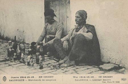 Θεσσαλονίκη, πωλητές βδελλών, 1914. Το επάγγελμα του αβδελά ξεκινάει τον 19ο αιώνα και η ακμή του φτάνει μέχρι το 1953-54.
