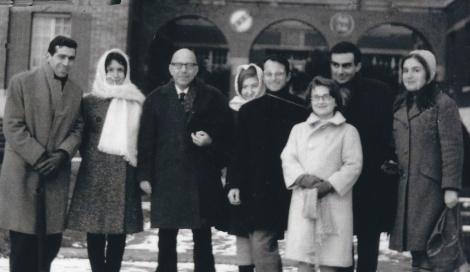 Από αριστερά προς τα δεξιά: Βασίλης Κεραμίδας, Ντόρα Μαμαρέλη, Κωνστ. Δεσποτόπουλος, Γιούλη Σπαντιδάκη, Κώστας Σπαντιδάκης, Λίντα Παπαγαλάνη, Βασίλης Δωροβίνης, Μάχη Βαΐτση. Αρχείο: Βασίλη Δωροβίνη.