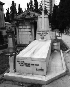 Ο τάφος του Ευθύμιου Καραχισαρίδη στο Κοιμητήριο του Σισλί με τα λόγια του Κεμάλ.