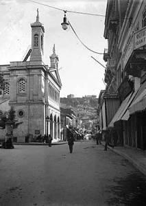 Ο ναός της Αγίας Ειρήνης. Η πρώτη Μητρόπολη της Αθήνας. Το 1835, εκεί έγινε η τελετή ενηλικίωσης του βασιλιά Όθωνα και το 1838, γιορτάστηκε για πρώτη φορά η επέτειος της 25ης Μαρτίου. Φωτογραφία από τον διαδικτυακό τόπο: «Η Αθήνα μέσα στο Χρόνο».