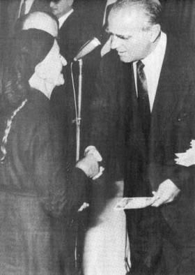 «Ο πρόεδρος της Κυβερνήσεως κ. Κωνστ. Καραμανλής, φωτογραφούμενος με μίαν αγρότιδα, κατά την χθεσινήν εορτήν εις το Ζάππειον, κατά την οποίαν επεδόθησαν τα πρώτα βιβλιάρια συντάξεων εις αγρότας εκ διαφόρων χωρίων της Ελλάδος» γράφει η λεζάντα πρωτοσέλιδης φωτογραφίας στην «Κ» της 10ης Ιουνίου 1962.