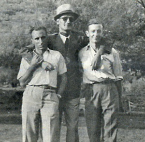 Μια προπολεμική φωτογραφία: Στη μέση ο Πέτρος Ζαρόγιαννης, αριστερά ο Χρήστος Αίσωπος και δεξιά ο Γιάννης Ν. Καψάλης.