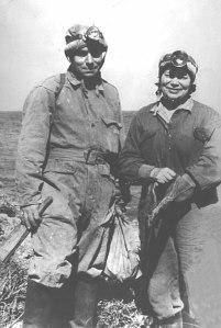 Ο Γιάννης και η Άννα Πετροχείλου έξω από την είσοδο του σπηλαίου «Γλυφάδα» του Δυρού το 1958, για την έρευνα και αξιοποίηση του οποίου διέθεσαν το μεγαλύτερο μέρος της ζωής τους. (Φωτ. Θεοχάρη)