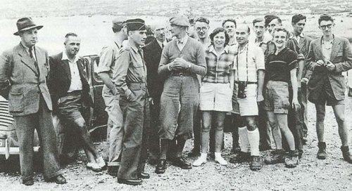 Το ζεύγος Πετροχείλου τον Αύγουστου του 1949, ως εκπρόσωποι της Ελλάδας στη Διεθνή Σπηλαιολογική Συνάντηση που έγινε στη Βαλάνς της Γαλλίας και απετέλεσε το έναυσμα για την ίδρυση της Ελληνικής Σπηλαιολογικής Εταιρείας ένα χρόνο αργότερα. (Φωτ. Αρχείο Άννας Πετροχείλου)