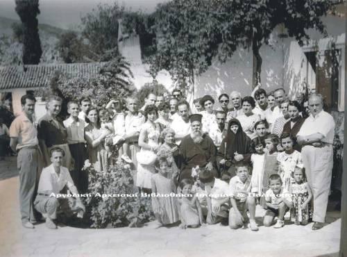 Εορτή ραπτών στην Αγία Μονή. Παρευρίσκονται σύσσωμοι με τις οικογένειές τους στη γιορτή του σωματείου τους.