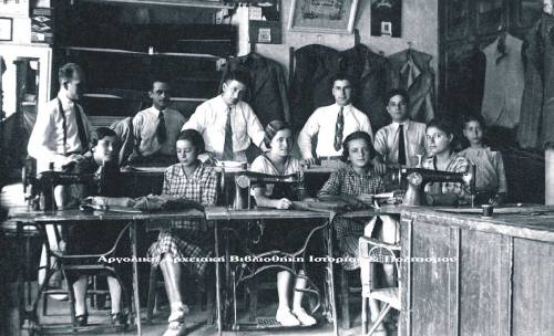Το εμποροραφείο του Μαρντίκ Μαρντικιάν, που βρισκόταν στον μεγάλο δρόμο. Τρίτος στην φωτογραφία (από αριστερά προς δεξιά) είναι ο Μαρντίκ Μαρντικιάν, και δίπλα του (τέταρτος) είναι ο αδερφός του ο Χραντ Μαρντικιάν.