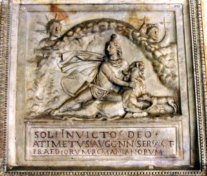 Sol Invictus: ο Ακατανίκητος Ήλιος, ο θεός των Ρωμαίων. Λέγεται πως η λατρεία του αργότερα συνέπιπτε με τα Χριστούγεννα.